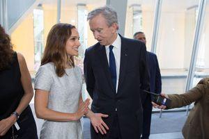 Natalie Portman et Bernard Arnault, juste avant la remise du prix.