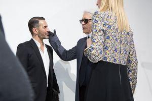 Aparté entre Karl Lagerfeld, Marc Jacobs et Delphine Arnault.