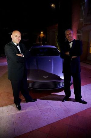 L'Aston Martin du dernier James Bond sur la terrasse du Mas Candille, sous l'œil inspiré de Giuseppe Cosmai et Mark Silver (de gauche à droite).