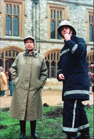 La reine devant les ruines de Windsor, le lendemain de l'incendie de 1992.