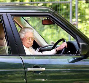 La reine Elizabeth au volant, à Windsor en mai 2014.