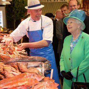 La reine Elizabeth II dans un marché de poissons en 2011