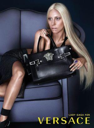 Lady Gaga pour Versace.