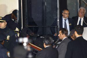 Le corps de Philip Seymour Hoffman est transporté hors de son appartement.