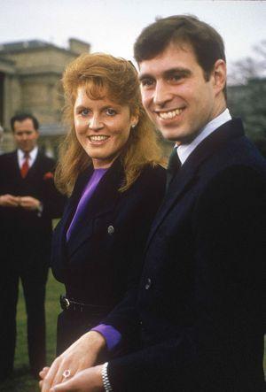 Le prince Andrew et Sarah Ferguson, le jour de l'annonce de leurs fiançailles en 1986.