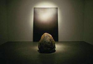 « relatumsilence », 1979-2010, métal et pierre.