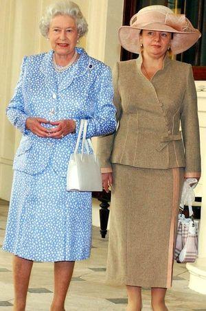 Lyudmila Poutine et la reine Elizabeth, lors d'une visite à Buckingham Palace en juin 2003.
