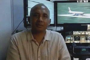 Le pilote Zaharie Bin Ahmad Shah, 54 ans, devant son simulateur de vol, peu de temps avant d'embarquer sur le vol MH370.