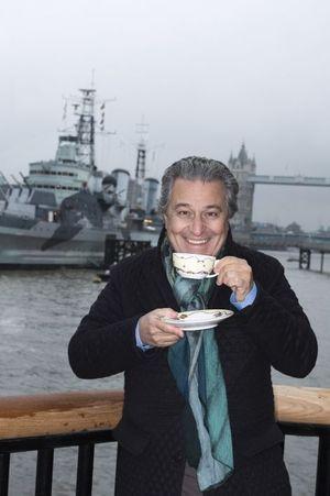 Le comédien s'est mis à l'heure anglaise : tea time devant Tower Bridge