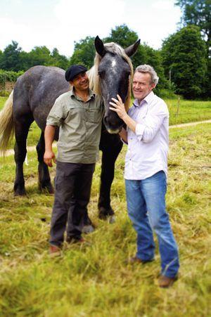Alain Passard (à dr.) avec Sylvain Picard et son cheval de trait : le labour est l'un des secrets pour obtenir des légumes d'exception.