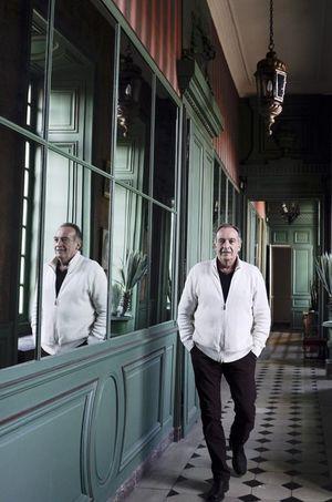 Yves Lecoq dans les couloirs de son château de Villiers-le-Bâcle.