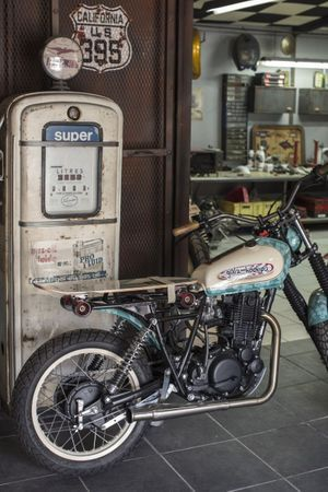 L'heureux propriétaire de cette création de Galz Motorcycle a juste à prendre sa selle-skate pour partir en glisse sur les trottoirs.