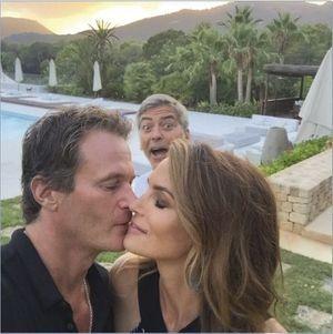 """La soirée de lancement en Europe de la marque de téquila """"Casamigos"""" de George Clooney et de Rande Gerber, à lIbiza le 23 août 2015 : l'homme d'affaires embrasse son épouse sous le regard facétieux de l'acteur."""
