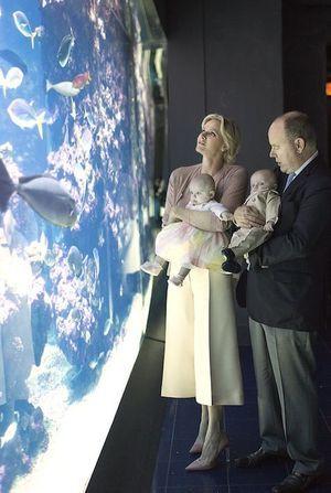 Dans les bras d'Albert II et de la princesse Charlène, le prince héréditaire et sa sœur découvrent l'aquarium du Musée océanographique de Monaco.