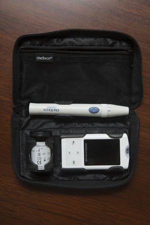 La trousse d'insulino-dépendant de Bertrand Burgalat: le piqueur pour la goutte de sang, les minibandes que l'on glisse dans le lecteur, et le stylo injecteur d'insuline que l'on dose en fonction du chiffre.