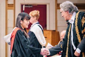 La princesse Mako avec le chancelier de l'université de Leicester, à la cérémonie de remise de diplômes, le jeudi 21 janvier 2016.
