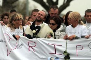 Lors de la marche blanche pour Océane, ses parents Jimmy et Erika ( au milieu) ne peuvent retenir leur douleur.