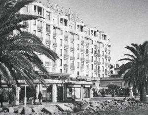 Ci-dessus : l'hôtel de son père en 1940, revendu plusieurs fois, il fait partie aujourd'hui du groupe Hyatt.