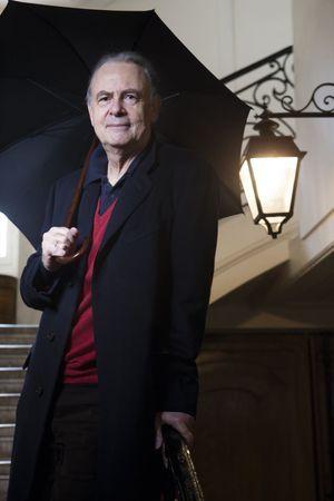Dans sa cage d'escalier, quartier Saint-Sulpice. C'est sa fille Marie qui lui a appris qu'il avait reçu le prix Nobel alors qu'il marchait dans la rue.