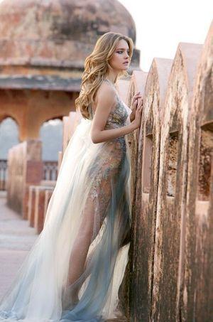 Une robe (styliste Yiqing Yin) si légère que les broderies de dentelle donnent l'impression d'avoir cristallisé sur sa peau.