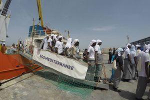 Des rescapés sur le port de Lampedusa le 18 avril 2016