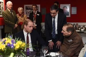 Le prince William avec des rugbymen blessés à Cardiff, le 27 février 2016
