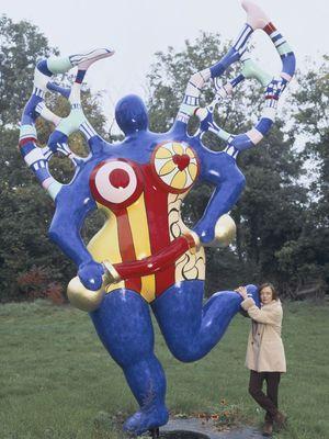 """Niki de Saint Phalle posant avec une de ses """"Nana"""" en 1994."""