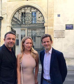 Olivier et Diana Widmaier PIcasso avec Timothée de Courcy, président de la société Helzear, devant le 7, rue des Grands-Augustins à Paris