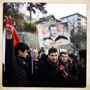 Des manifestants syriens, pro-Assad, se sont rassemblés aux abords du site.