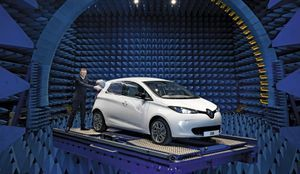 Dans la salle de mesure des radiofréquences, Carlos Tavares, à l'époque directeur général de Renault, présente Zoé pour Paris Match en 2012.