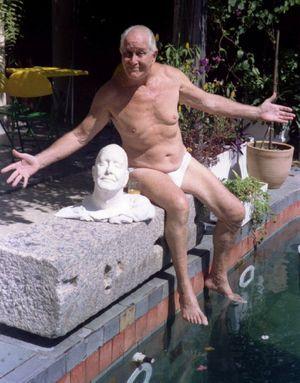 Ronnie Biggs posant avec un buste de lui-même, réalisé par un artiste. Brésil, 1995.