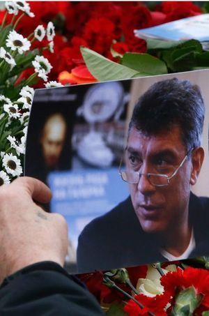 Un inconnu pose une photo de Nemtsov sur le lieu de l'assassinat.