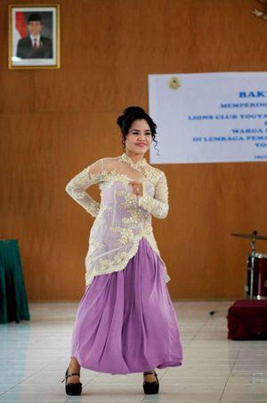 Mary Jane Veloso danse lors des célébrations liées à la mort de la féministe Raden Ajeng Kartini, à la prison de Wirogunan à Yogyakarta.