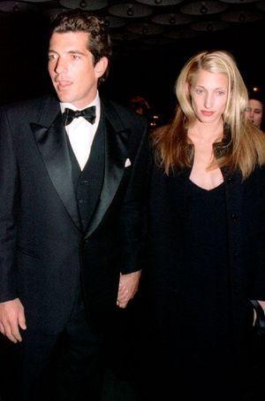 Le couple arrive au gala pour le 30e anniversaire de la Whitney Museum's Madison Avenue en novembre 1996.