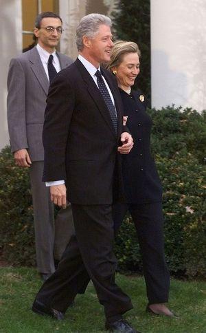 John Podesta derrière Bill et Hillary Clinton en 1998.
