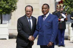 A l'occasion de la rencontre du 7 juillet 2015, François Hollande s'exprime en faveur de la proposition de Denis Sassou N'Guesso de modifier sa constitution pour se représenter