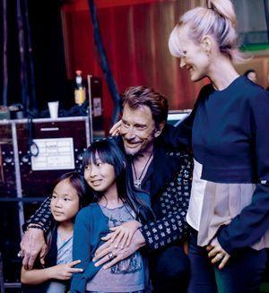 Une rose en guise de déclaration. Dans les coulisses, juste avant le concert de Genève, Johnny, Laeticia et Jade, leur fille aînée, le 3 novembre.