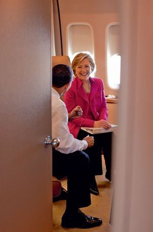 Le 3 avril 2009, à bord d'Air Force One, aparté entre Barack Obama et Hillary Clinton.