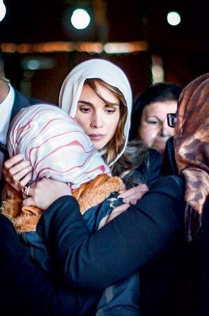 La reine en foulard blanc, pour partager le deuil d'Anwar Tarawneh, l'épouse de Maaz.