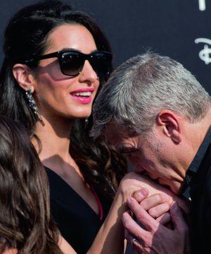 A côté d'Amal, sa reine, George joue les figurants servants.