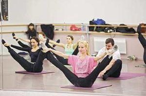 Octavie Escure tient une position difficile pendant un cours de Fit'ballet.
