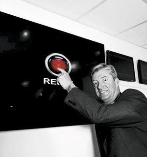 """Paul Kane, un des sept gardiens du temple de l'Internet, devant un bouton fictif géant """"Reset""""."""