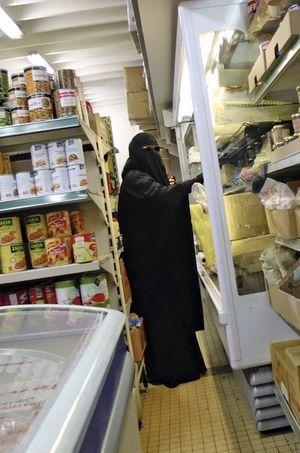 En niqab, dans les rayons d'un supermarché de Montreuil.