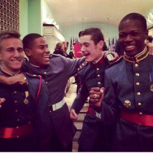 Octobre 2014, Louis fête son diplôme à l'académie de Valley Forge avec ses camarades de promo.