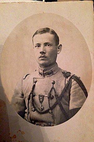 Le soldat Le Drian arborant sa croix de guerre.