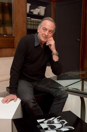 Yves Lecoq, chez lui, devant une table qu'il a gardée de son stock.