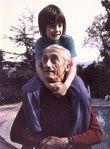 Fabien, 3 ans, sur les épaules de son grand-père, photographié en 1971 par sa mère Anne-Marie.