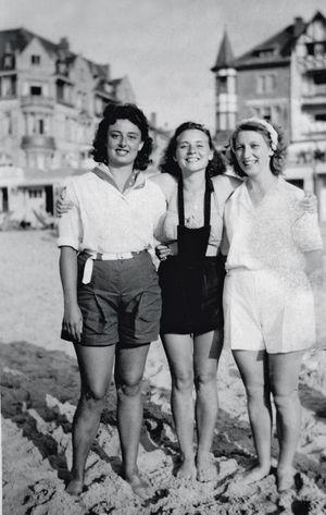 . Sur la plage à Ostende, entre deux copines de classe, une adolescente heureuse de vivre.