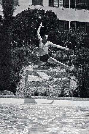 Même saut pour Yves Montand, au-dessus d'une mosaïque de Braque dans les années 50.