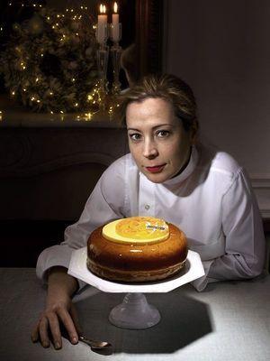Claire Damon dans la cuisine de sa pâtisserie-boulangerie parisienne, des gâteaux et du pain, et son baba Kashmir.